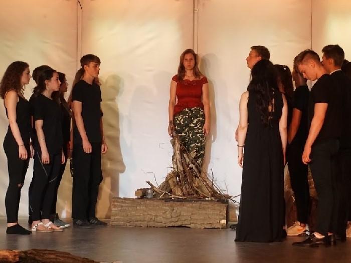 """Theaterkritik und Bilder: """"Jeanne d'Arc"""" vom 6. Juni im Wald-Gymnasium - slide 1"""