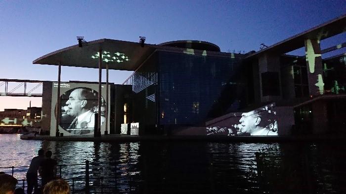 Exkursion: Videoinstallation des Bundestages am Reichstagsufer - slide 1